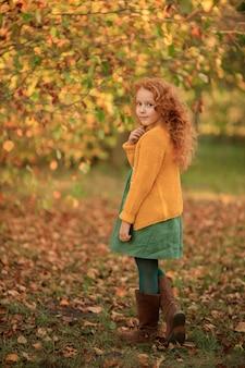 Portret pięknej dziewczyny rude z długimi włosami