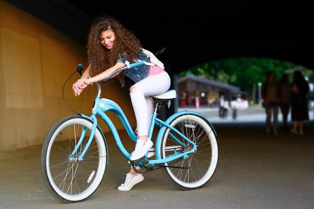 Portret pięknej dziewczyny sexy z rowerem w mieście