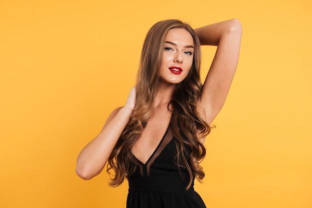 Portret pięknej dziewczyny uśmiechający się w czarnej sukni