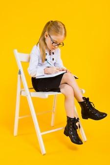 Portret pięknej dziewczyny w białej bluzce i czarnej spódnicy.
