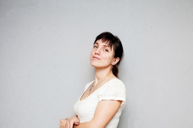 Portret pięknej dziewczyny w białej sukni