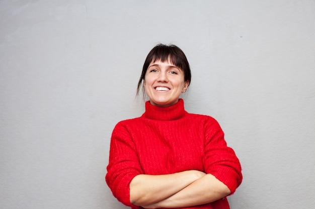 Portret pięknej dziewczyny w czerwonym swetrze