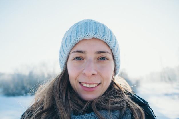 Portret pięknej dziewczyny w kapeluszu