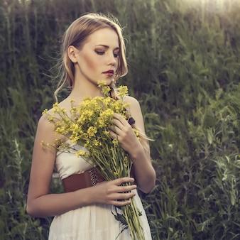 Portret pięknej dziewczyny w lesie