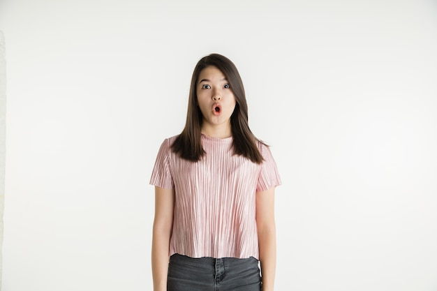 Portret pięknej dziewczyny w połowie długości na białym studio