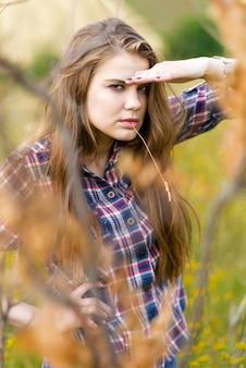 Portret pięknej dziewczyny w polu