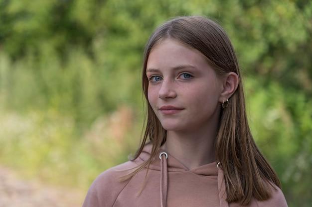 Portret pięknej dziewczyny w przyrodzie, z bliska