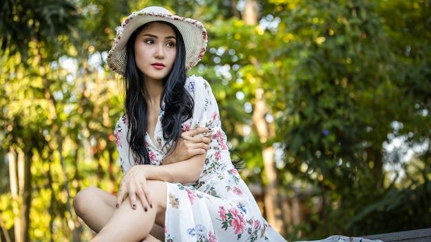 Portret pięknej dziewczyny w sukience vintage w ogrodzie zdjęcie retro. styl artystyczny