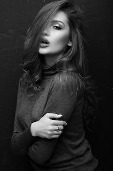 Portret pięknej dziewczyny w szarym swetrze