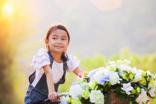 Portret pięknej dziewczyny z azji