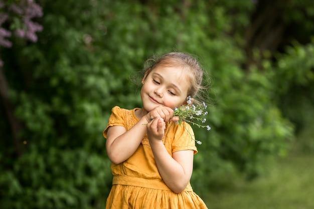 Portret pięknej dziewczyny z bukietem niezapominajki