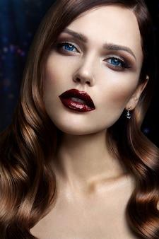 Portret pięknej dziewczyny z ciemnymi ustami.
