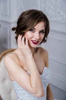 Portret pięknej dziewczyny z czerwonymi ustami. piękna twarz. ślubny wizerunek w luksusowym wnętrzu