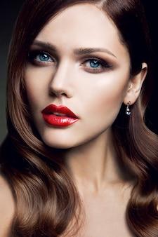 Portret pięknej dziewczyny z czerwonymi ustami.