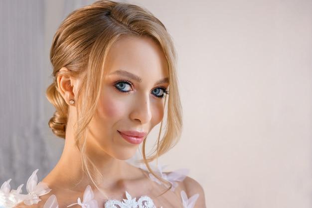 Portret pięknej dziewczyny z delikatnym makijażem i włosami. wizerunek panny młodej.