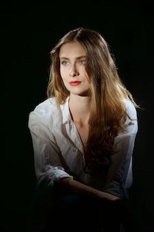 Portret pięknej dziewczyny z długimi kręconymi włosami