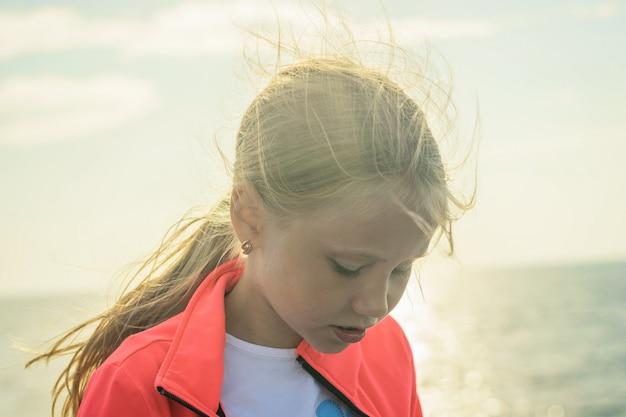 Portret pięknej dziewczyny z jasne słońce nad morzem.
