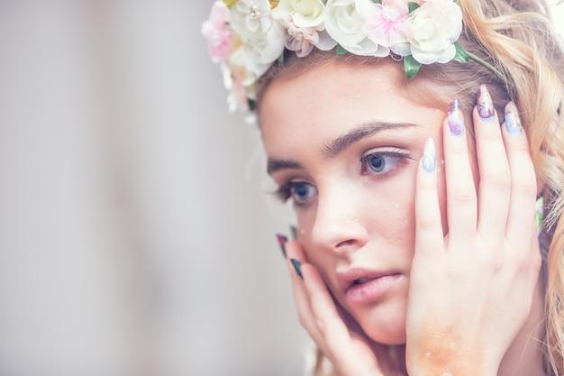 Portret pięknej dziewczyny z kreatywnymi paznokciami makijażu i sztuki.
