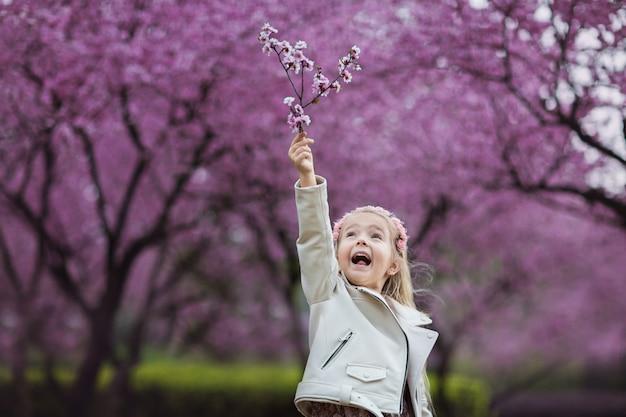 Portret pięknej dziewczyny z kwitnących kwiatów