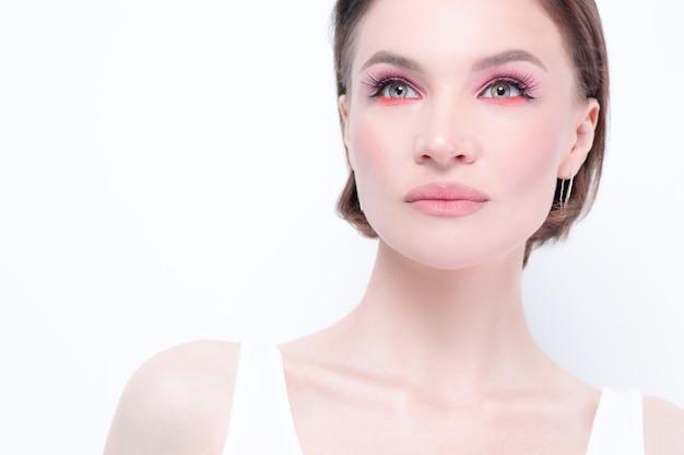 Portret pięknej dziewczyny z prowokującym makijażem. białe tło. pojęcie piękna. wysoka jakość