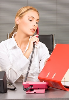 Portret pięknej dziewczyny z telefonem w biurze