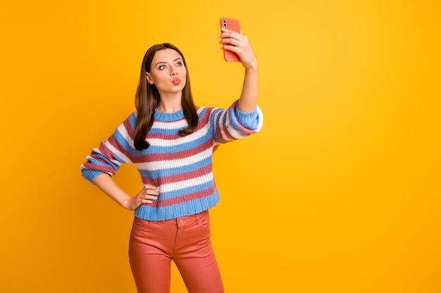 Portret pięknej dziewczyny zalotne, biorąc selfie, wysyłając pocałunek
