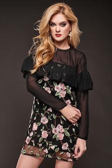Portret pięknej eleganckiej kobiety w modnej sukni