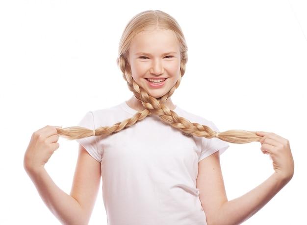 Portret pięknej europejskiej blondynki dziewczyny z warkoczami.