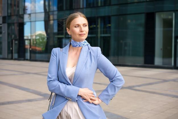 Portret pięknej firmy odnoszącej sukcesy kobiety w niebieskiej kurtce