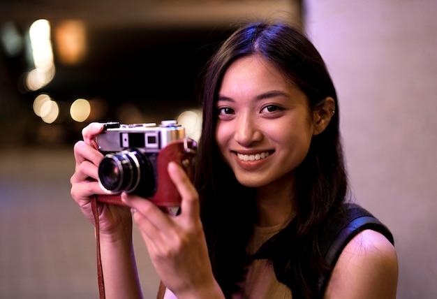 Portret pięknej fotografki w mieście nocą