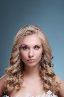 Portret pięknej i atrakcyjnej kobiety