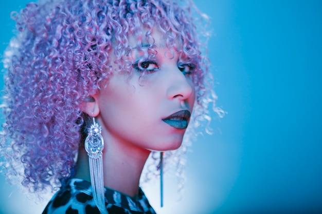 Portret pięknej i egzotycznej czarnej kobiety z kręconymi włosami afro