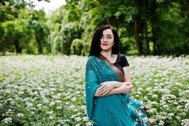 Portret pięknej indyjskiej brumette girl lub modelki hinduskie kobiety. tradycyjny indyjski kostium lehenga choli.