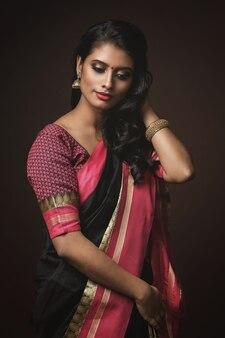 Portret pięknej indyjskiej kobiety noszącej tradycyjny strój sari