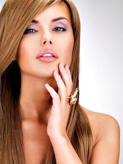 Portret pięknej indyjskiej kobiety z długimi prostymi brązowymi włosami.