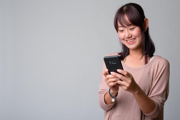 Portret pięknej japonki na białym tle