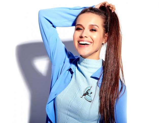 Portret pięknej kaukaski uśmiechnięta brunetka modelka w stylowe ubrania jasne sumer