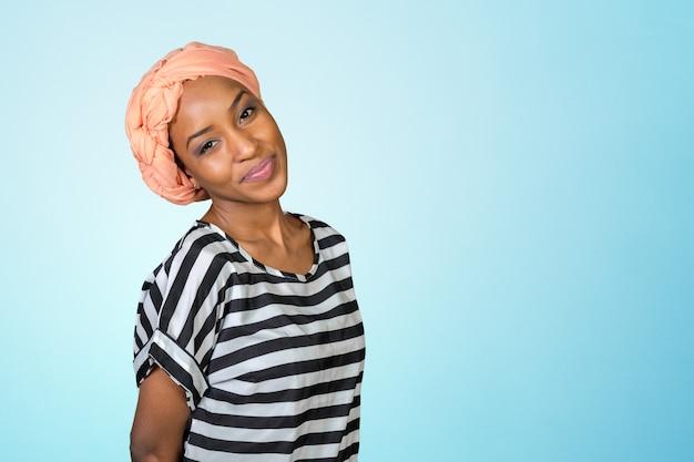 Portret pięknej kobiety african american uśmiecha się