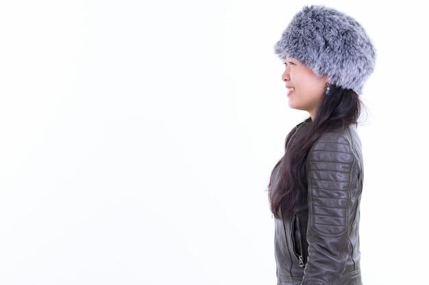 Portret pięknej kobiety azjatyckich noszenia futra kapelusz gotowy do zimy samodzielnie na białym tle