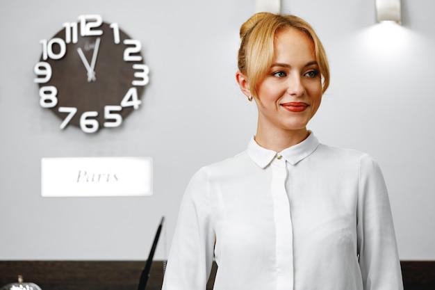 Portret pięknej kobiety blondynka recepcjonistka z bliska