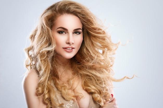 Portret pięknej kobiety blondynka z kręconymi włosami