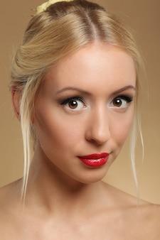 Portret pięknej kobiety blondynka z makijażem