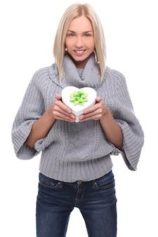 Portret pięknej kobiety blondynka z pudełko w kształcie serca