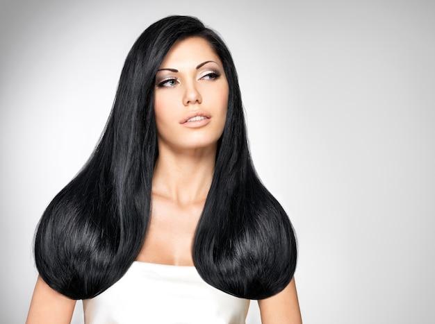 Portret pięknej kobiety brunetka z długimi prostymi włosami