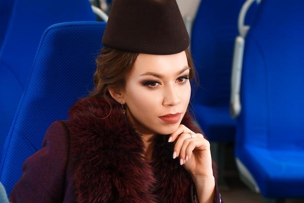 Portret pięknej kobiety brunetka z makijażem w wagonie pociągu