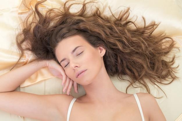 Portret pięknej kobiety do spania. płytkie dof, skup się na oczach