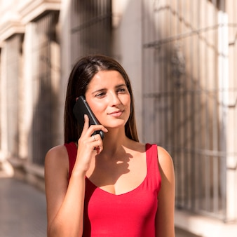 Portret pięknej kobiety dzwoniącej do kogoś