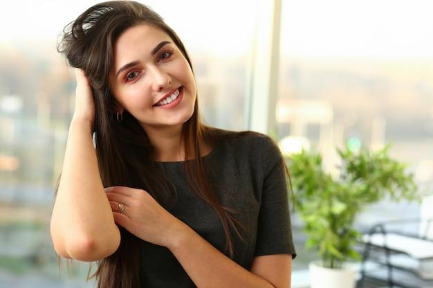 Portret pięknej kobiety europejskiej. warto biuro