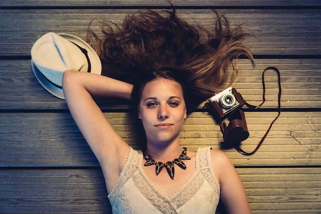 Portret pięknej kobiety fotograf z jej aparatem.