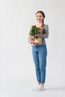 Portret pięknej kobiety gospodarstwa artykuły spożywcze
